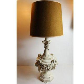 Antigua lámpara de madera tallada