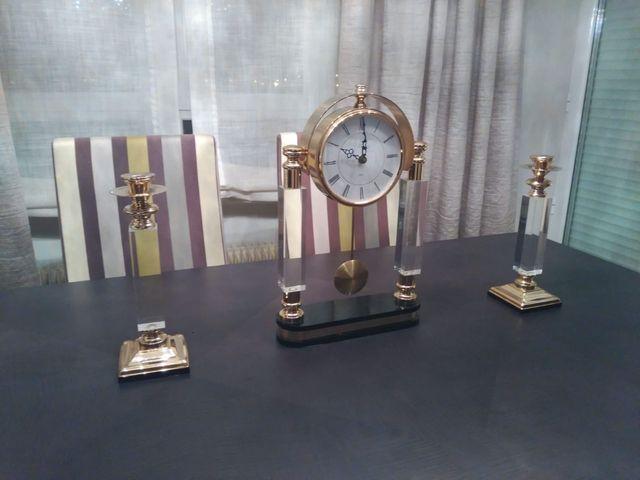 Reloj de mesa y candelabros