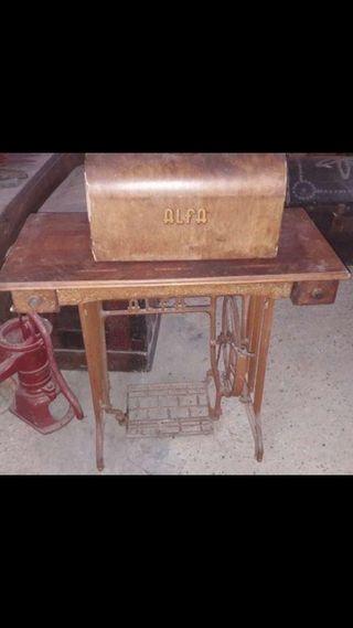 mesa con máquina de coser antigua