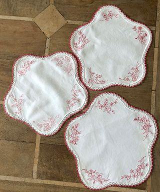 3 napperons lin brodé et finition crochet vintage