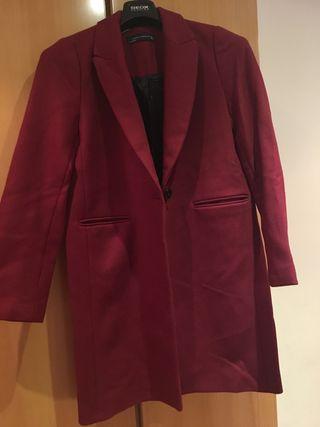Abrigo rojo Zara
