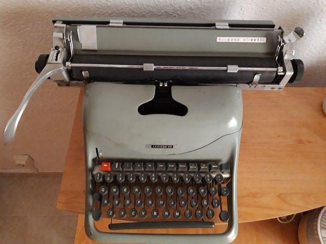 Máquina de escribir antigua. Olivetti Lexicon 80