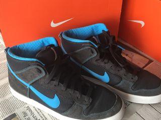 Varias, botas y zapatillas Nike .