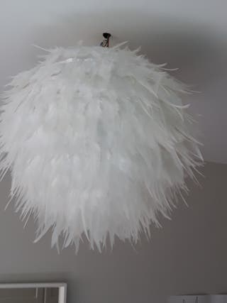 Pantalla de lámpara redonda con plumas.