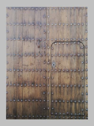 Portón antiguo de clavos. Siglo XVII