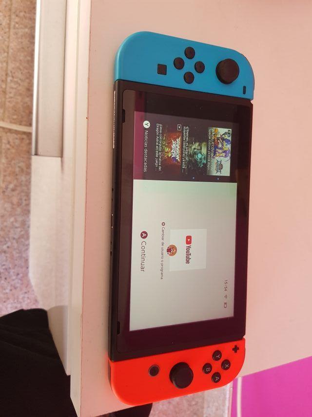 Nintendo switch 2019 con su caja.