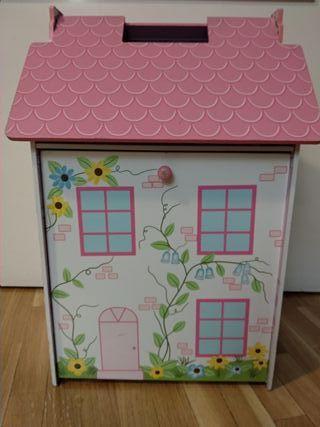 Casa de muñecas con muñecas