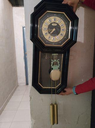 Reloj de pared antiguo de péndulo