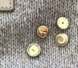broche / pin's métal doré peint Nina Ricci