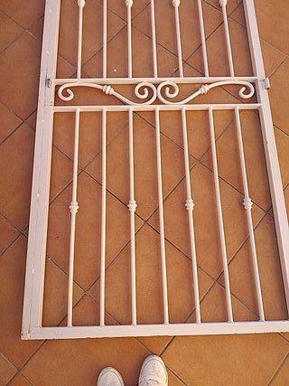 puerta de hierro blanca
