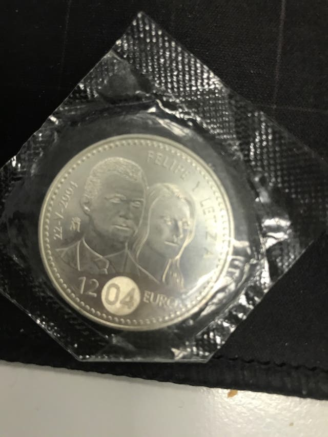 Dos monedas de 12 euros y de 2000 pesetas