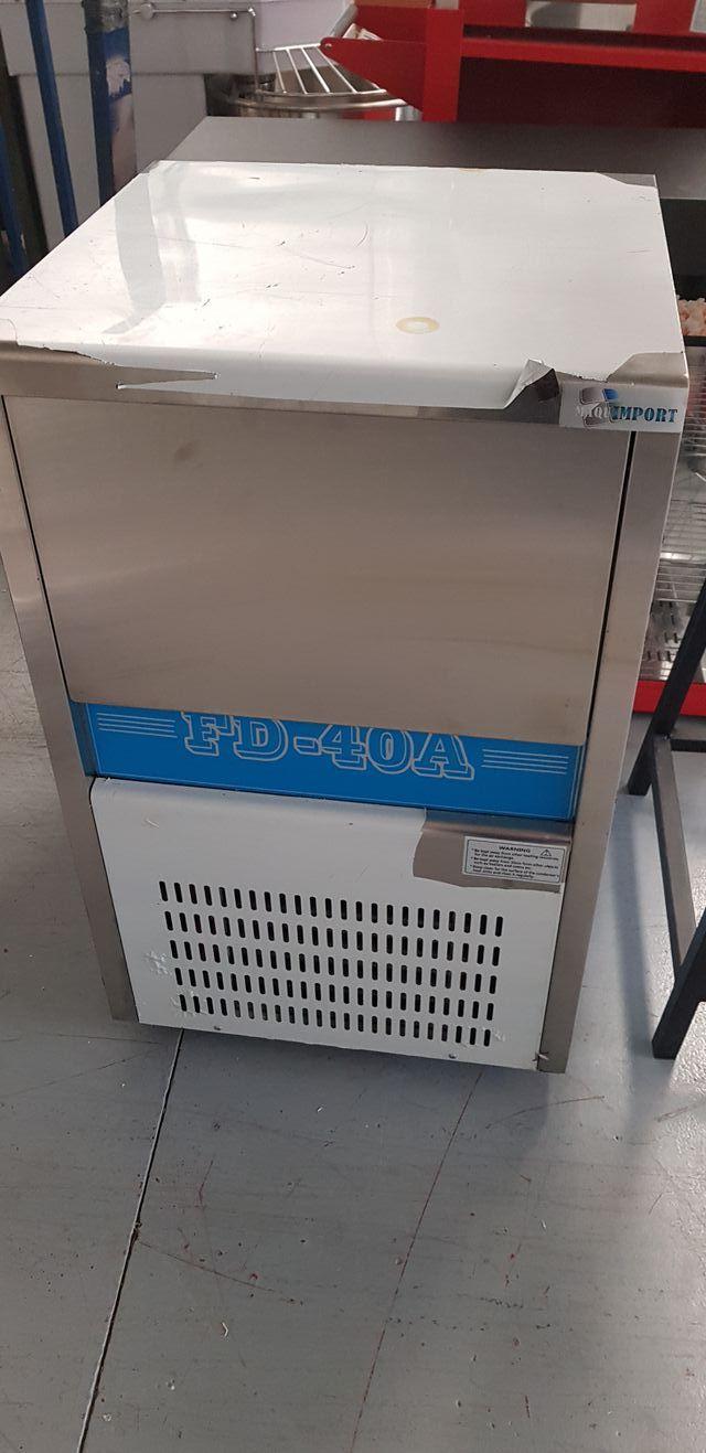 Maquina de hielo en cubitos