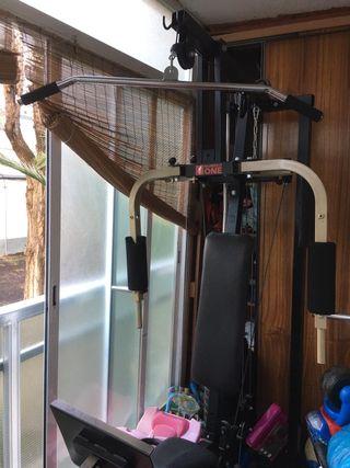 gimnasio con prensa de piernas