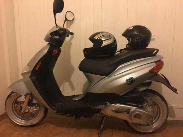 Moto scooter derbi atlantis +2cascos