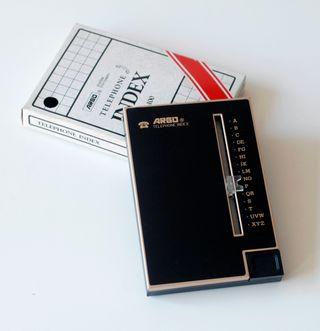 Listín telefónico de metal color negro. Argo