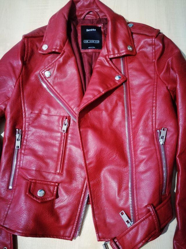 comprar online 9c9ff 75d85 Chaqueta biker roja tipo piel Bershka de segunda mano por 20 ...