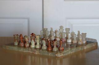 Juego de ajedrez de alabastro