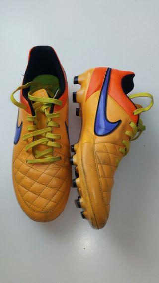 Botas de fútbol para niñas de segunda mano en Valdemoro en WALLAPOP f7a1aa937a748
