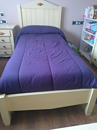 Se vende cama de madera maciza y mesila