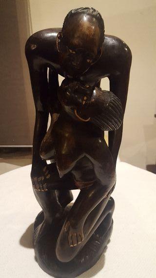 escultura africana en madera maciza