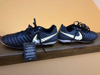Botas de fútbol nuevas con etiqueta