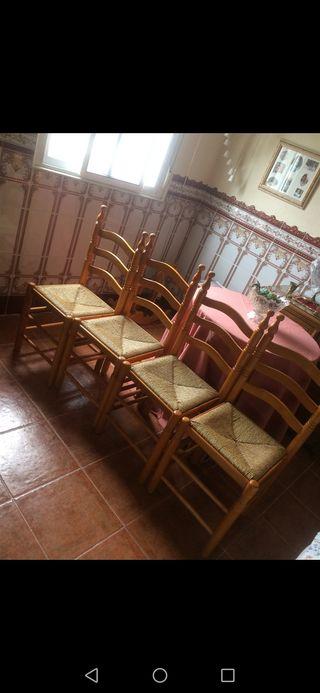 Conjunto de cuatro sillas de pino