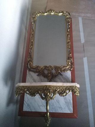 Recibidor de bronce y mármol.Con espejo.