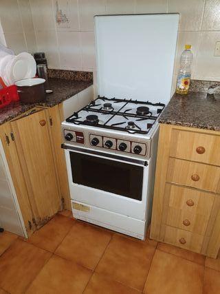 Cocina de gas con horno.