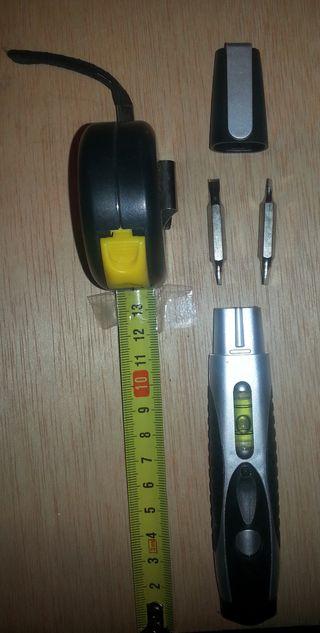 Destornillador cuatro puntas, nivel y metro