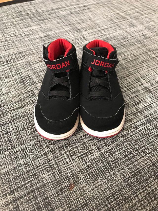 863adb78b69 Zapatillas Nike Jordan niño de segunda mano por 20 € en León en WALLAPOP