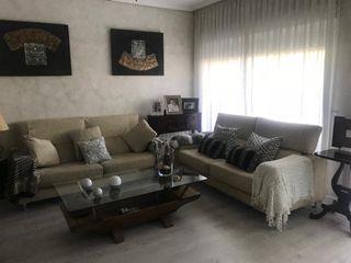 2 sofás mas sillon