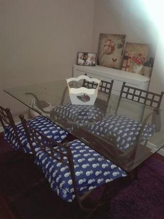 mesa de hierro con sillas