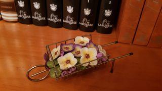 Carretilla metálica con flores de cerámicas.
