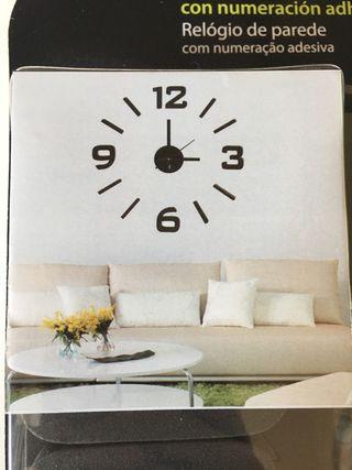 Reloj de pared con numeración adhesiva