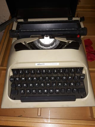 máquina de escribir antigua olivetti