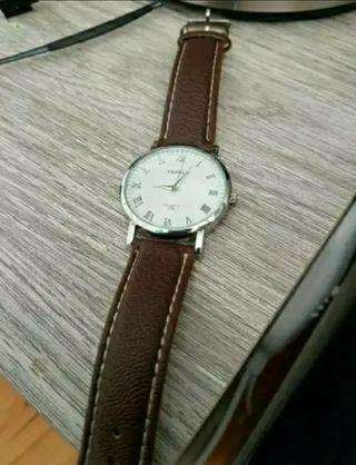 Reloj marron nuevo