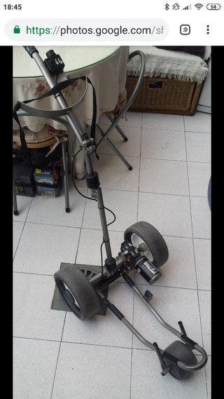 carrito electrico golf y palos de golf.