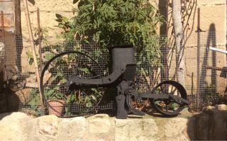 Arado sembradora antiguo