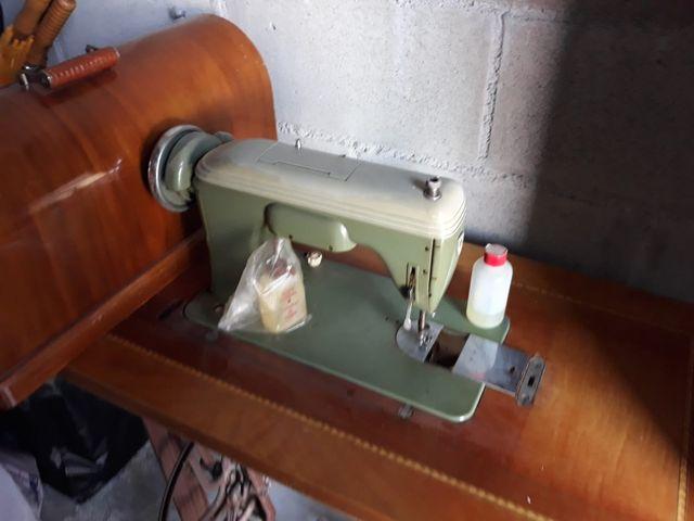 Máquina y mesa de coser SIGMA