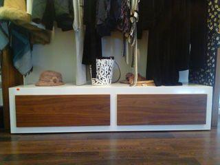 mueble madera nogal americano y lacado en blanc
