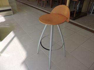 Taburete nuevo con asiento de madera y respaldo