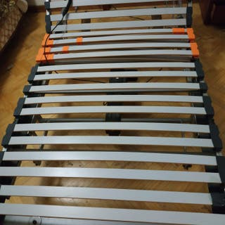 Cama articulada eléctrica y colchones.