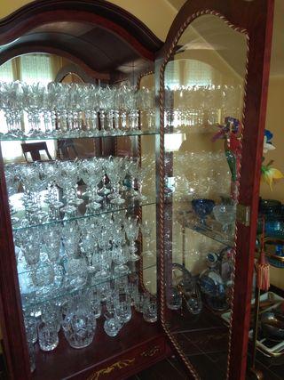 mueble cerezo con cristaleria completa