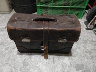 Caja de herramientas de cuero antigua