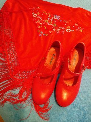 Mantón y zapatos de flamenca