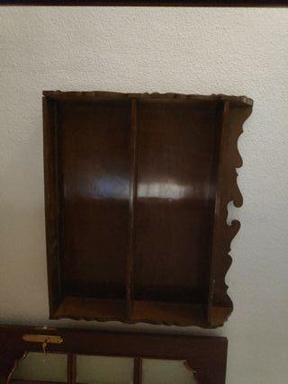 estanteria de madera antigua