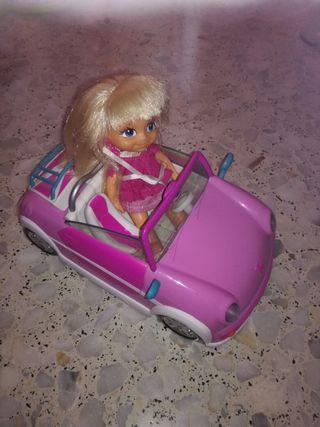 coche de muñecas con muñeca.