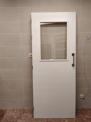 2 puertas blancas