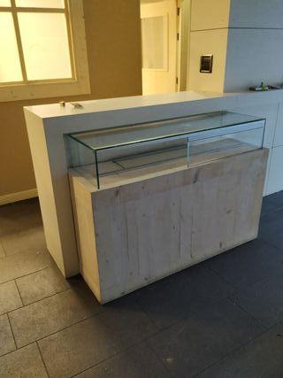 mostrador de madera con cristalera