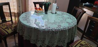 mesa con 4 sillas, 2 sillones y ropa de camilla